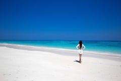 Libérez la femme heureuse appréciant la plage tropicale, fille marchant sur exotique image stock