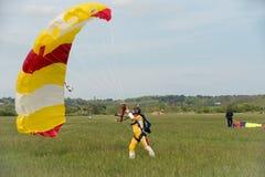 Libérez le parachutiste de chute Photos stock