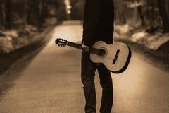 Libérez le voyage avec l'instrument de pays, guitare dans la forêt photo libre de droits