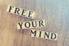 Libérez votre message d'esprit formé avec les blocs en bois image stock