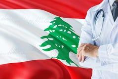 Libańczyk Doktorska pozycja z stetoskopem na Liban flagi tle Krajowy system opieki zdrowotnej poj?cie, medyczny temat zdjęcia royalty free