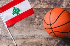 Libańczyk koszykówka na drewnianym stole i flaga obraz royalty free