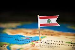 Libańczyk zaznaczający z flagą na mapie fotografia stock