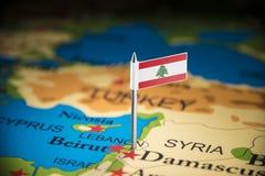 Libańczyk zaznaczający z flagą na mapie obraz stock