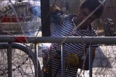 Libańscy protesty Ludzie konstrukcja drutu i betonu barykady pójść na protescie przeciw obraz stock