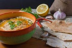 Libańska hummus sałatka na nieociosanym drewnianym stole fotografia royalty free