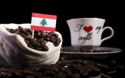 Libańczyk flaga w torbie z kawowymi fasolami na czerni fotografia royalty free