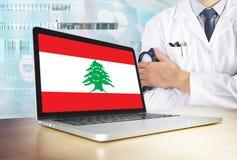 Liban system opieki zdrowotnej w technika temacie Libańczyk flaga na ekranie komputerowym Doktorska pozycja z stetoskopem w szpit fotografia royalty free