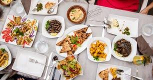 Libanees voedsel bij het restaurant Stock Foto