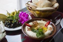 Libanese hummus Van het Middenoosten met pitabroodje royalty-vrije stock foto's