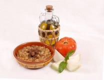 Libanese hummusplaat met olijf & groenten stock foto