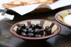 Libanesisk frukost, svarta oliv Royaltyfri Foto