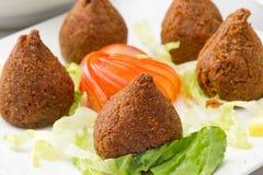 Libanesisk mat av Fried Kibe Isolated på vit Arkivfoto