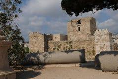 Libanon: Den historiska byn Byblos med slotten och amperen royaltyfria bilder