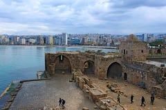 Libanon; 12 februari, 2011 - Sidon-Kasteel met een stad bij de achtergrond Royalty-vrije Stock Fotografie