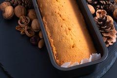Libbra casalinga al forno fresca, dolce del burro in pentola della pagnotta sullo sto dell'ardesia Fotografie Stock