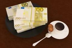 Libbra dei soldi sul piatto e sul caffè Immagine Stock