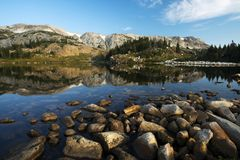 Libby Lake na floresta nacional da curva da medicina foto de stock