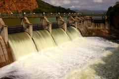 Liberação da água em uma parede da represa. Imagem de Stock