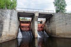 Liberação da água em uma parede da represa imagens de stock royalty free