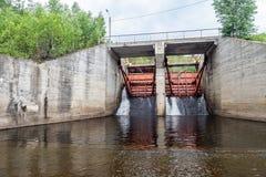 Liberação da água em uma parede da represa imagem de stock