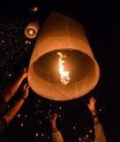 Liberação de lanternas do céu fotografia de stock