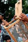 Liberação do relógio dos espectadores das borboletas no festival do verão imagens de stock royalty free