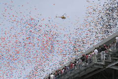 Liberação dos balões na raça de Indy 500 e nos fãs da raça Fotografia de Stock Royalty Free