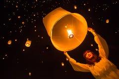 Liberação não identificada Khom Loi da mulher durante o festival de Yi Peng Imagem de Stock