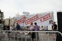 A liberdade do cartaz aos prisioneiros o 6 de maio sobre uma cena da reunião relativa à oposição Foto de Stock Royalty Free