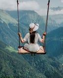 Liberdade e despreocupado de uma fêmea nova em um balanço fotografia de stock
