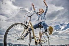 Liberdade e prazer A mulher sente livre quando aprecie dar um ciclo A maioria de formul?rio satisfying do transporte do auto O ci foto de stock