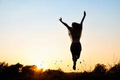 Liberdade, salto bonito da menina imagem de stock
