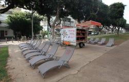 Libere las sillas y los libros de la rotura en Tel Aviv Imágenes de archivo libres de regalías