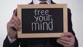 Libere su frase de la mente en la pizarra en manos del hombre de negocios, acercamiento creativo almacen de metraje de vídeo