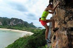 Libere subir a solas del escalador de roca de la mujer fotografía de archivo