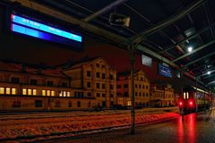Liberec, Τσεχία - 20 Ιανουαρίου 2018: πίνακας πληροφοριών και επιβατική αμαξοστοιχία πριν από τον τρόπο στο NAD Labem Usti στο κύ Στοκ Εικόνες