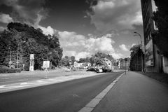 Liberec, Τσεχία - Juny 10, 2017: Οδός Chrastavska με τα σταθμευμένα αυτοκίνητα που οδηγούν στο κέντρο της πόλης Liberec το θερινό Στοκ Φωτογραφία