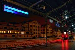 Liberec, república checa - 20 de janeiro de 2018: placa e trem de passageiros da informação antes da maneira a Usti nad Labem no  Imagens de Stock