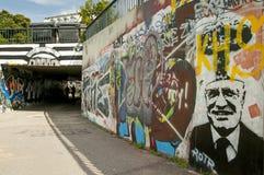 Liberec tjecktekniker 16th Augusti 2012 gatagraphity med läsning: Konsum machtfrei i bakgrund och med en framsida av en gamla pre Royaltyfri Fotografi