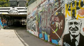 Liberec tjecktekniker 16th Augusti 2012 gatagraphity med läsning: Konsum machtfrei i bakgrund och med en framsida av en gamla pre Royaltyfria Bilder