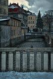 Liberec, Tsjechische republiek - 20 Januari, 2018: het omheinen op brug over de kreek van Luzicka Nisa tussen huizen tijdens de v Royalty-vrije Stock Afbeeldingen