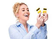 Liberi dalla carta di credito di accreditamento di taglio della donna di debito Immagini Stock