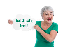 Liberi finalmente! Donna senior felice nel verde isolata su bianco. fotografia stock