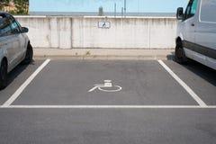 Liberi il punto di parcheggio handicappato con il simbolo della sedia a rotelle Fotografia Stock Libera da Diritti
