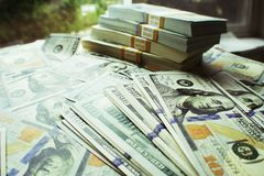 Libertà finanziaria con le pile di centinaia su alta qualità della Tabella Fotografia Stock Libera da Diritti