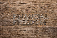 Libertà finanziaria scritta su fondo di legno fotografie stock libere da diritti