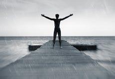 Libertà nel concetto della natura - uomo libero nella pioggia immagine stock