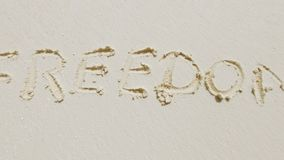 Libertà scritta in sabbia video d archivio