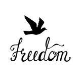 Liberté Citation inspirée au sujet d'heureux Expression moderne de calligraphie avec l'oiseau tiré par la main de silhouette Image stock